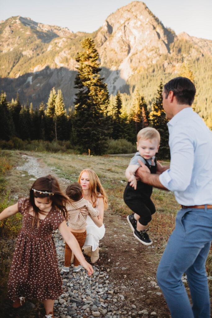 candid mountain pnw family photos adventure